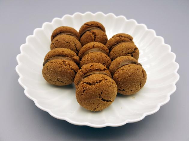 Baci mit Hojicha auf Teller