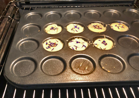 Biskuits mit blauen Kornblumen vor dem Backen