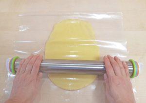 Mürbteig für Plätzchen mit Folie richtig ausrollen: PE- und Transparenzfolie schlagen Frischhaltefolie