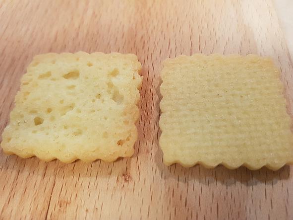 Weihnachtsplätzchen. Rechts: Silpain - glatter Boden. Links: Backpapier.