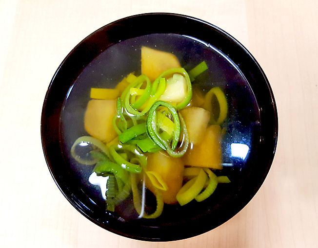 Suppe mit Süßkartoffeln, Lauch, Dashi und Shichimi Togarashi