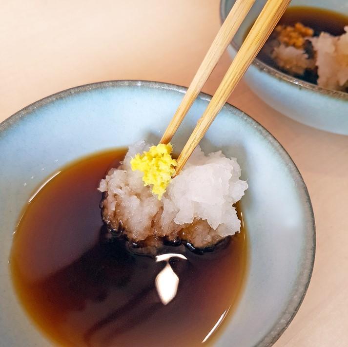 Ten-Tsuyu (mit Rettich und Ingwer) als Dip-Sauce für Tempura verwendet