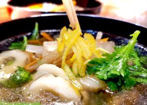 Klassische japanische Suppe aus Dashi, Huhn, Chikuwa, Rettich, Karotte, Shungiku und Yuzu