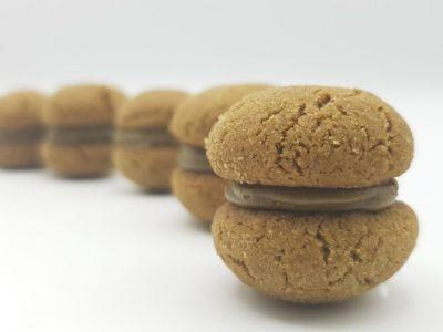 Baci mit Hojicha-Pulver und weißer Schokolade