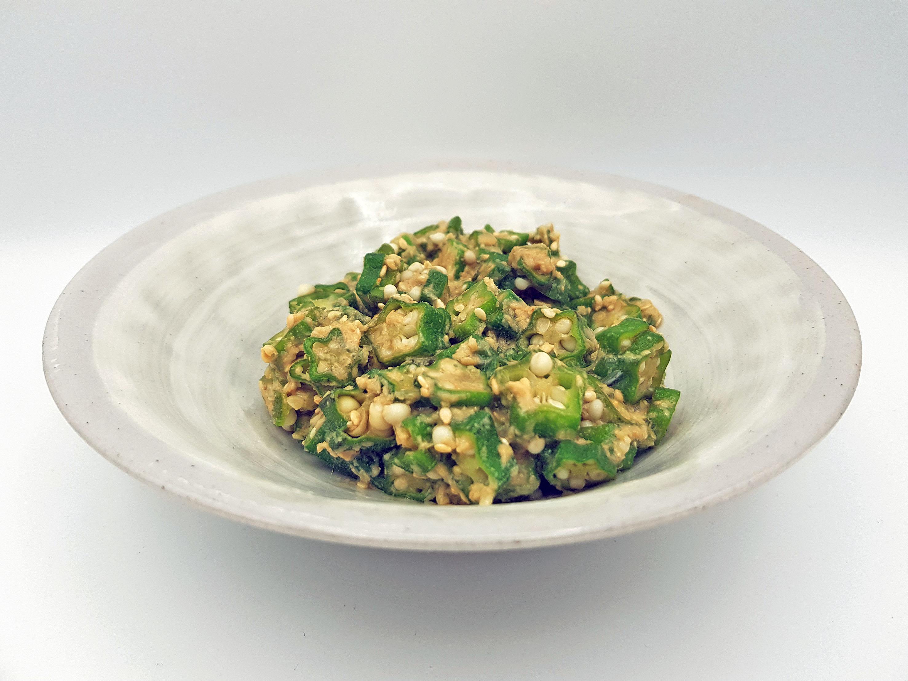 Okra mit weißem Sesam, schleimig köstlich