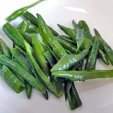 Gereinigte, von Samen befreite grüneThai-Chili