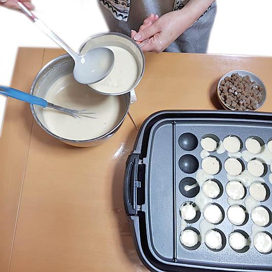 Takoyaki - Teig in die Formen füllen