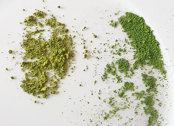 Links: Grüntee-Pulver vom dm-Markt. Rechts: Matcha, der den Namen verdient.