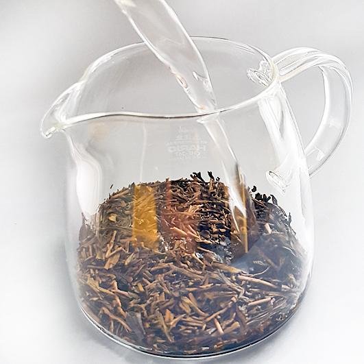 Hojicha-Tee aufgießen