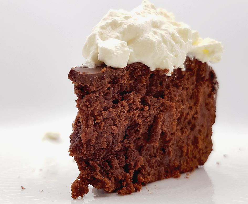 Ein essbarer Low-Carb-Schokoladenkuchen mit Erythrit und Mandelmehl