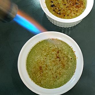 Creme brulee mit einer stabilen, kräftigen Flamme brennen (Matcha-Version)