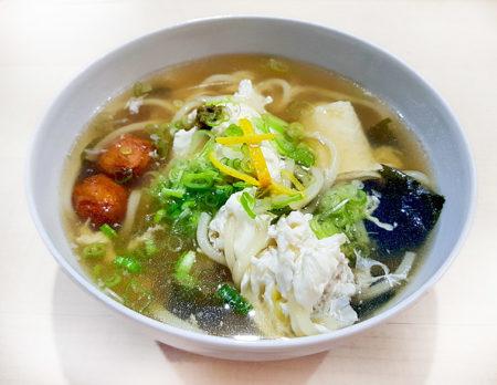 Udon mit Dashi, Lauch, Shoyu. Yuzu, Chikuwa, Mirin, Wakame, Yuzukosho und Yuba