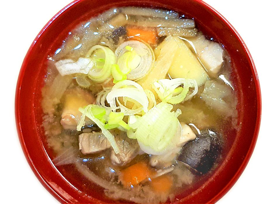 Misosuppe mit Schweinebauch, Gemüse und Shichimi