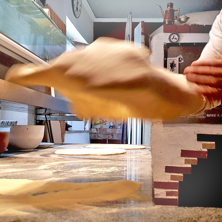 Teigbearbeitung durch einen Pizzaiolo