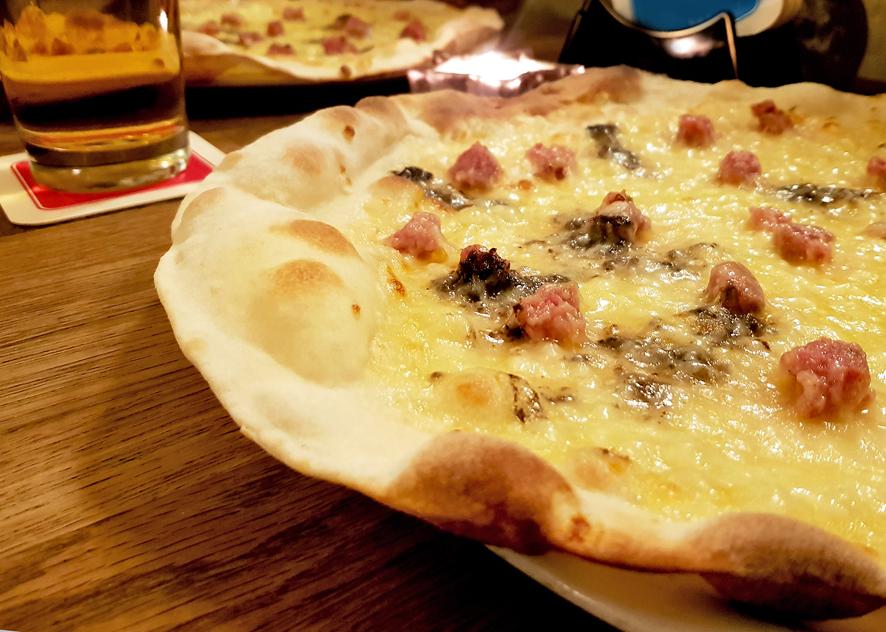 Pizza Norcina mit Trüffel, Käse und Fenchelsalami