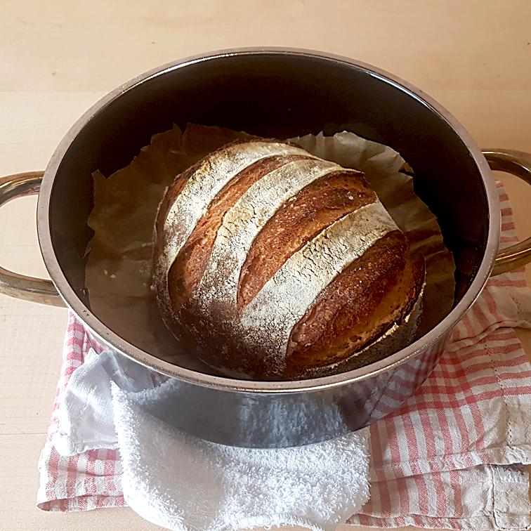 Brot ohne Kneten - in einem feuerfesten Topf auf Backpapier. Nichts klebt