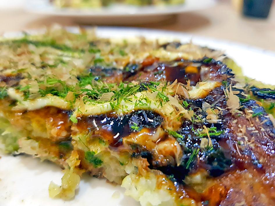 Okonomiyaki Osaka-Style belegt mit Aonori Katsuobushi Kewpie Doro Sosu