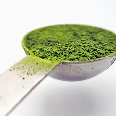 Ein Esslöffel Matcha (15 ml) wiegt 7 Gramm