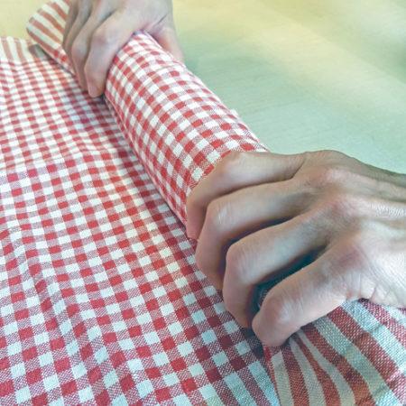 Ofenwarme Tuiles rasch mithilfe eines Geschirrtuchs biegen