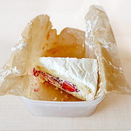Tortenstücke in einer Tupperdose in virtuoser Anwendung der Papierauslegtechnik