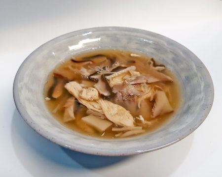 Shojin Ryori: Suppe mit frischem Yuba, Shiitake, Eringi auf Basis von Kombudashi