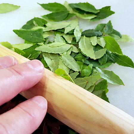 Bergpfefferblätter andrücken entfaltet das Aroma