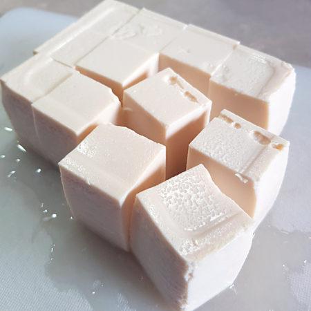 Grob gewürfelter, weicher Tofu