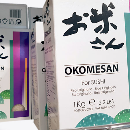 Okomesan in einem Regal in einem asiatischen Lebensmittelladen