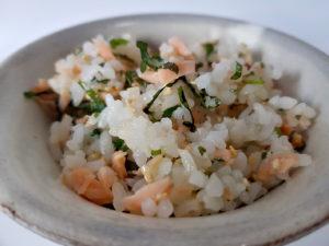 Reis mit Lachs und weißem Sesam: Sake-Maze-Gohan