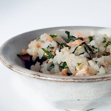Sake Maze-Gohan (Reis mit eingelegtem Lachs Shiso und weißem Sesam)