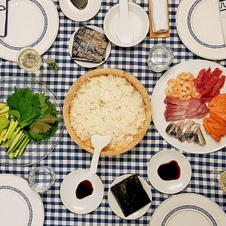 Tisch gedeckt für Temaki-Sushi