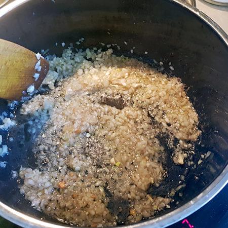 Zwiebeln im Fleischsaft und Fett glasig braten