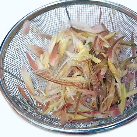 In Steifen geschnittener Myoga