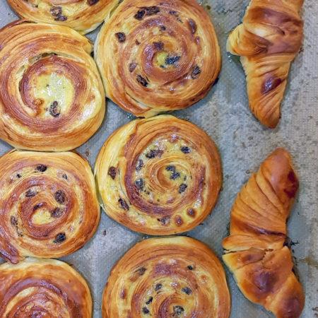Rosinenschnecken und Croissants gebacken