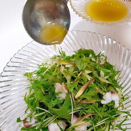 Salat mit Olivenöl-Yuzu-Dressing anmischen
