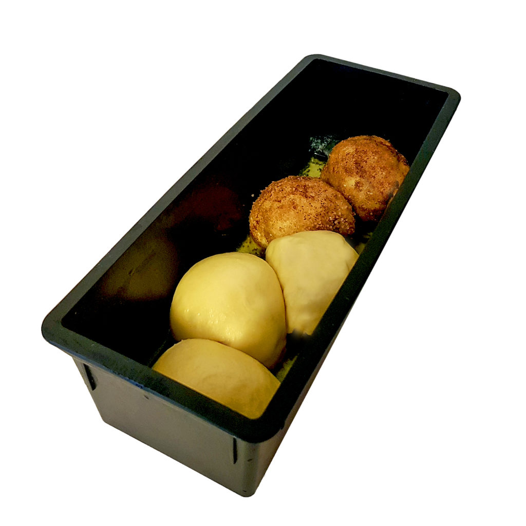 In Butter (und Zimtzucker) gewälzte Teignudeln vor dem Backen