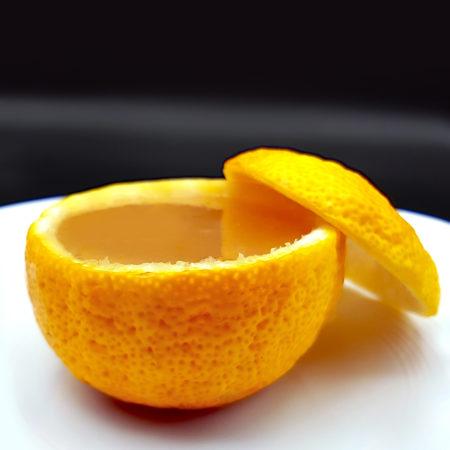 Yuzu-Gelee in der ausgehöhlten Frucht