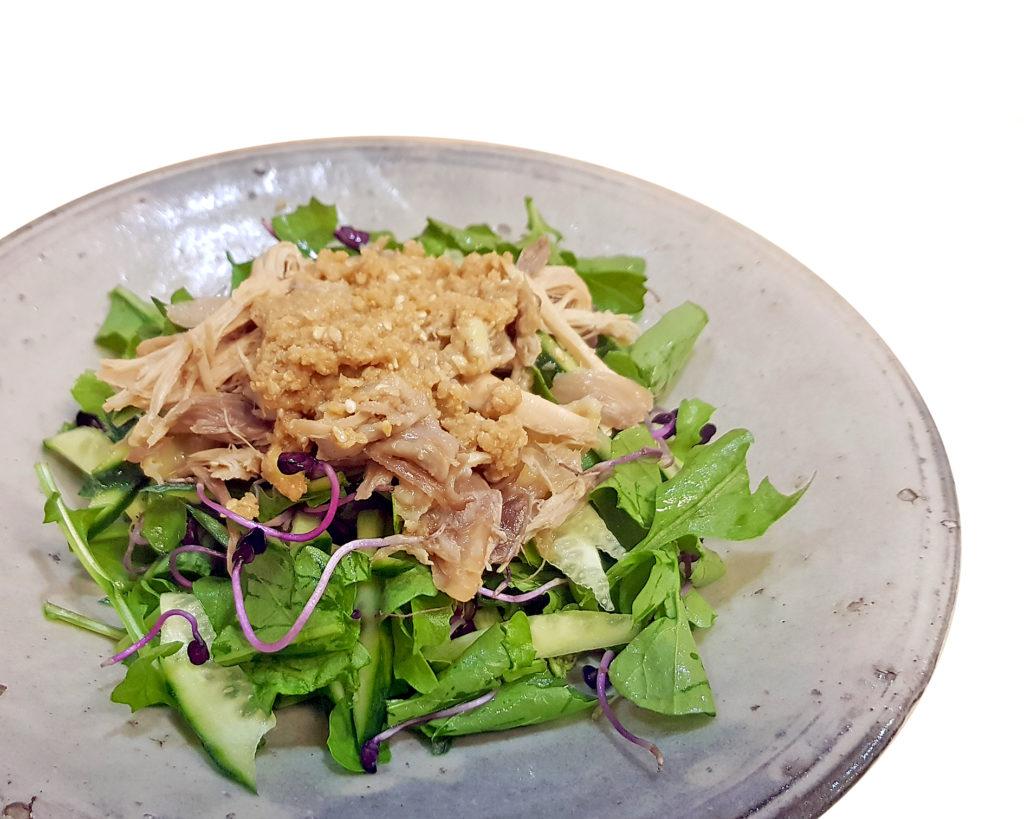 Rucala-Gurken-Rettichsprossen-Salat mit Sesamdressing - japanische Art
