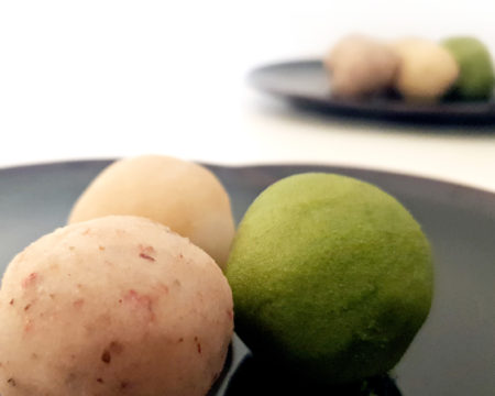 Hanami Dango: Weißes Anko mit Blütenkirsche (im Vordergrund)