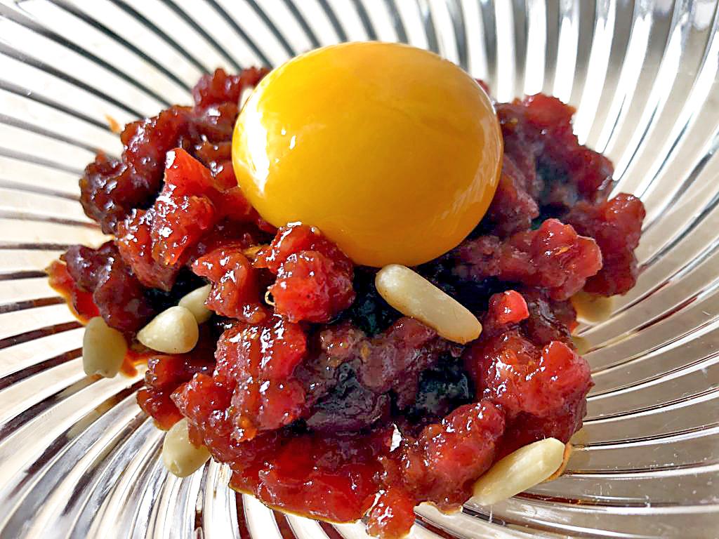 """Rindfleisch-Tartar """"koreanische Art"""". In Japan beliebt aber verboten, hierzulande erlaubt"""